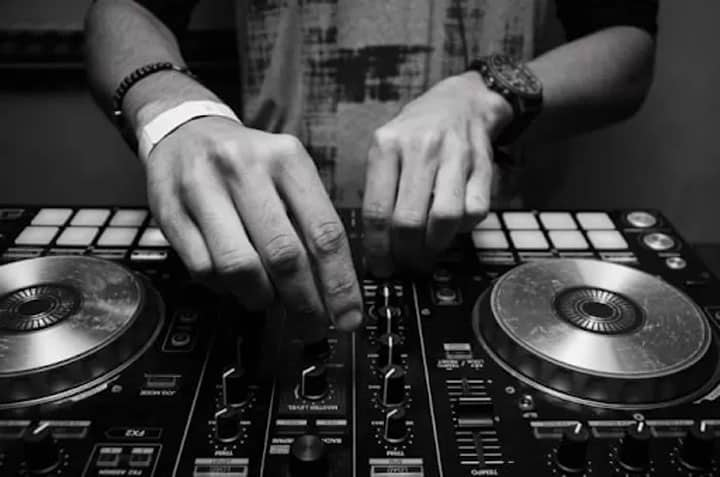 how to use a dj controller